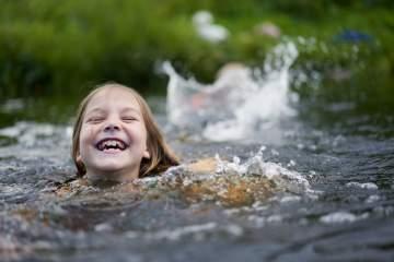 Se rafraîchir avec une baignade dans le lac à Casteljaloux
