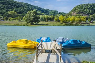 Se promener sur l'eau en louant des pédalos à Casteljaloux